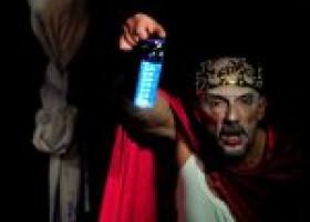 """Al Teatro Genovesi la favola grottesca e surreale de """"Il Re muore"""" di Ionesco"""