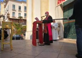 L'arcivescovo Bellandi in processione con la Spina Santa dall'Ospedale al centro di Salerno