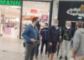 """Cassa integrazione non firmata, ammortizzatori sociali a rischio per i lavoratori de """"La Fabbrica"""" che protestano davanti al centro commerciale """"Le Cotoniere"""""""